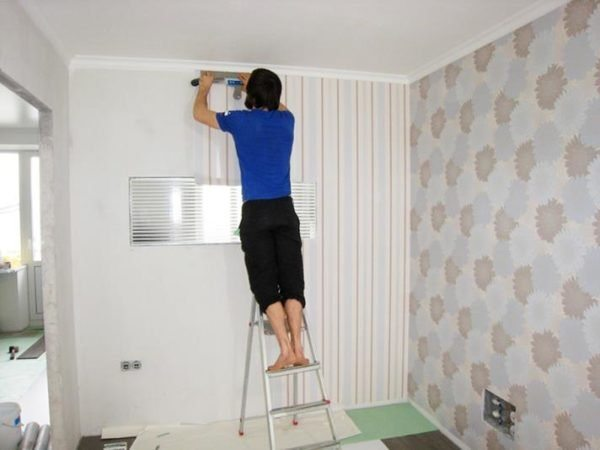 Обои на правильно подготовленные стены приклеиваются быстро и держатся надежно