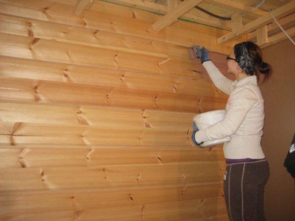 Обработка деревянных стен антисептическим составом