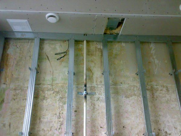 Обрешетка для выравнивания стены из потолочного профиля.