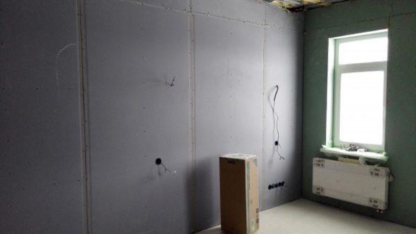 Обшитые гипсокартоном стены нуждаются в дальнейшей отделке