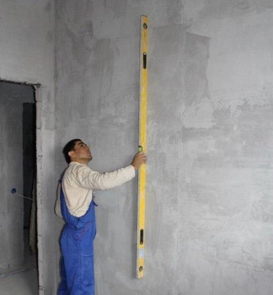 Обязательно проверяйте плоскость стен, чтобы определить степень их неровности