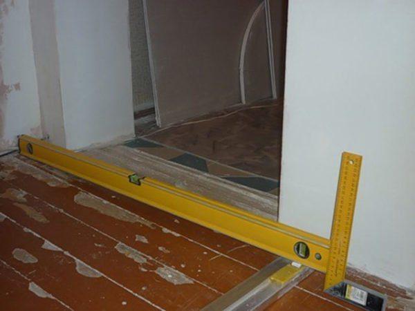 Обязательно учитывайте проемы, чтобы потом между дверью и комнатой не получилась полоса без напольного покрытия