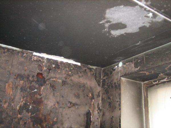 Очистить такой потолок – задача не из простых