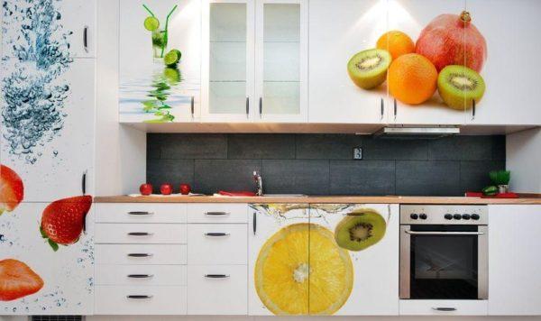 Одинаково эффектно смотрится как кухонный стол с фотопечатью, так и гарнитур