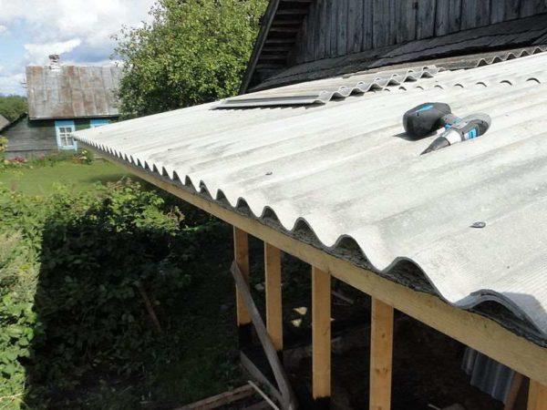 Односкатная крыша под шифером монтируется просто и обходится недорого.