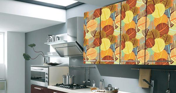 Однотонная кухня и яркие полки