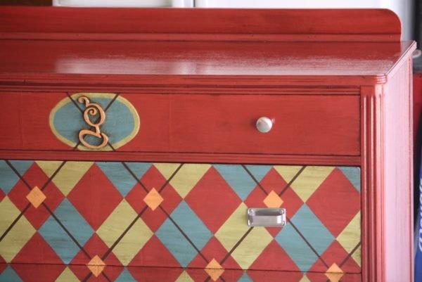 Однотонная поверхность и рисунок на дверце – отличный дизайн