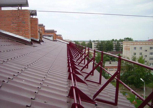 Ограждения безопасности на крыше внешне похожи на снегозадержатели, но функционально их не заменяют, поэтому ставим и то, и другое