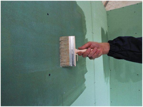 Огрунтовка праймером гипсокартонных листов защищает их картонную оболочку от размокания в процессе покраски или оклейки обоями