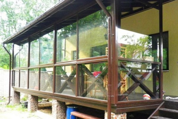 Окна из монолитного поликарбоната на 80% крепче традиционных стеклянных.