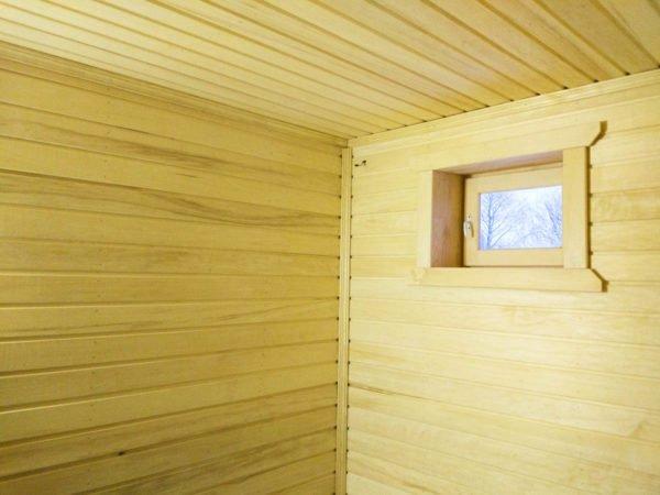 Окно помогает качественно проветрить баню после использования