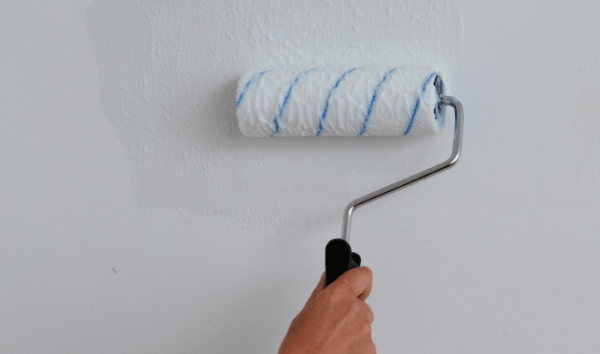 Окрашенные стены обязательно грунтуются, запомните это как обязательное правило