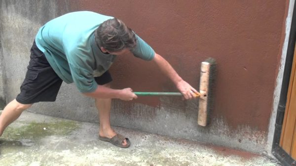 Окрашивание повышает эстетичность бетонной поверхности и защищает ее от внешних воздействий.