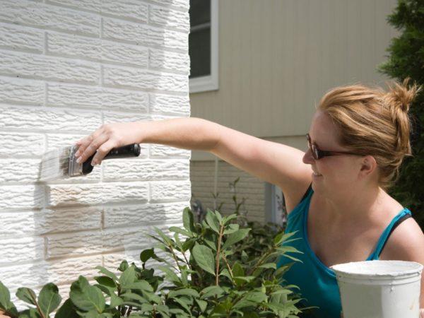 Окрашивание придаст кирпичной стене эстетичный внешний вид.