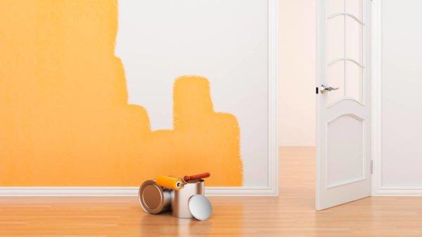 Окраска стены в цвет жидких обоев позволяет добиться идеального результата отделки