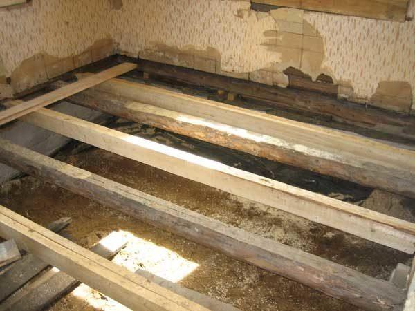 Опустить пол проще всего, если тот деревянный, в остальных случаях придется искать другие способы увеличить высоту комнат