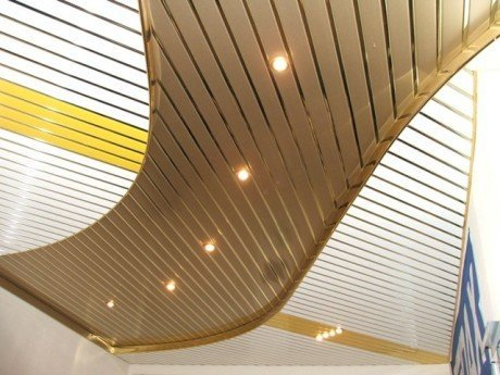 Оригинальный дизайн металлического реечного потолка.