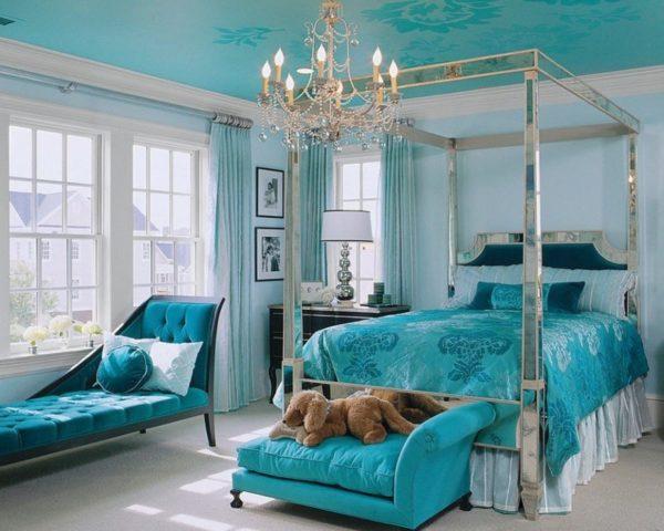 Оригинальный принт на потолке удачно сочетается с текстилем