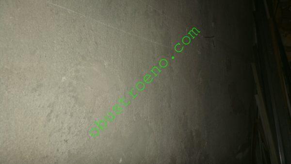 Оштукатуренная стена имеет шершавую поверхность благодаря крупнофракционному заполнителю строительной смеси.