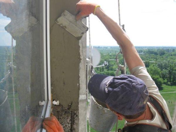 Оштукатуривание наружных откосов цементным штукатурным раствором.