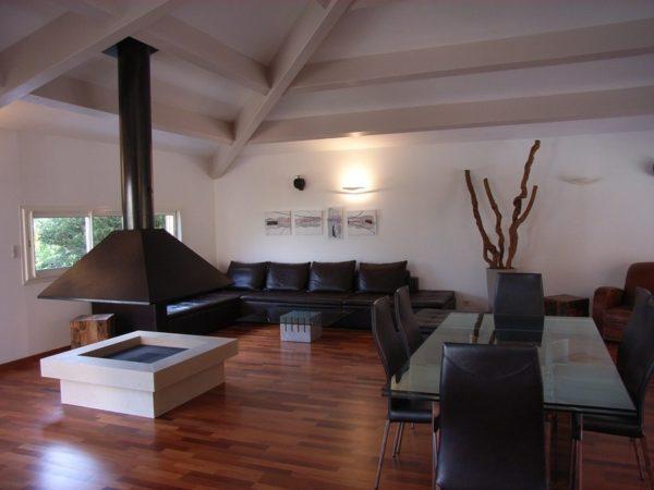 Островной камин больше подходит для столовой или гостиной из-за своих размеров