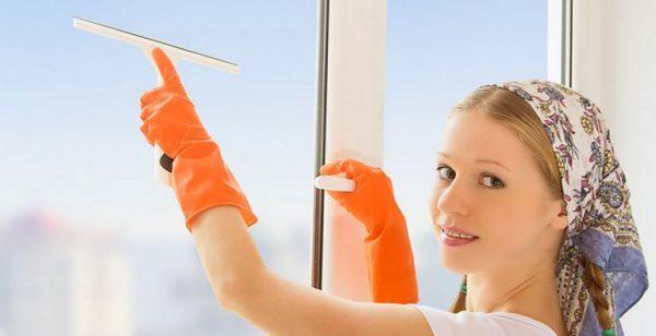 Острым скребком гораздо проще удалить засохший грунт со стекла.