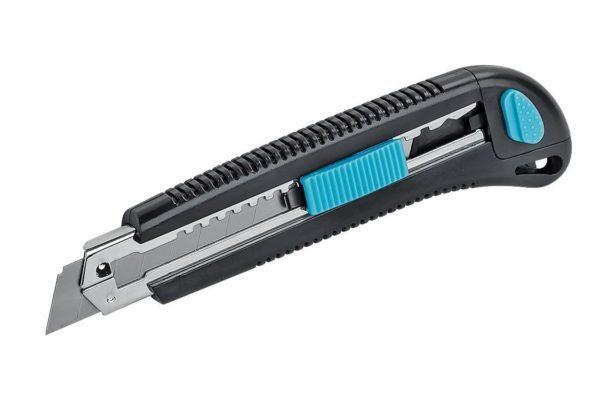 Острый нож позволяет идеально резать обои по кромке арки