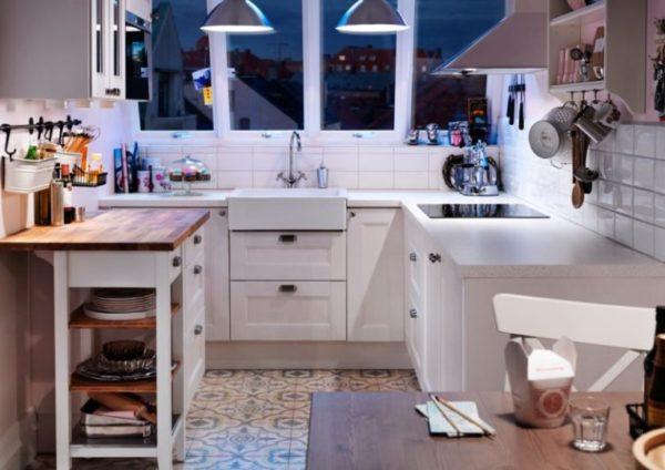Осветите все функциональные зоны на кухне, так помещение будет казаться больше, а готовить станет удобней
