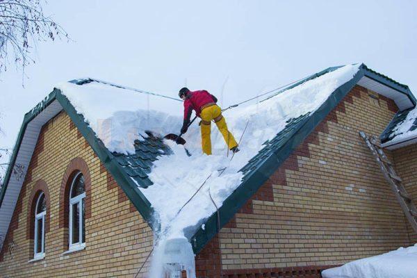 От наклона ската зависит снеговая нагрузка на крышу