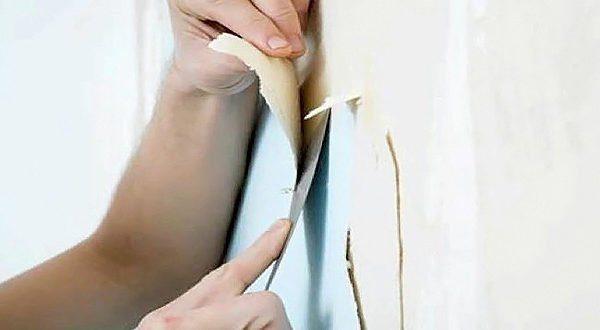 От шпаклёвки бумажные полотна отслаиваются достаточно легко, не тревожа при этом картонный слой ГКЛ