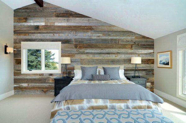 Отделанная деревянными обоями стена спальни