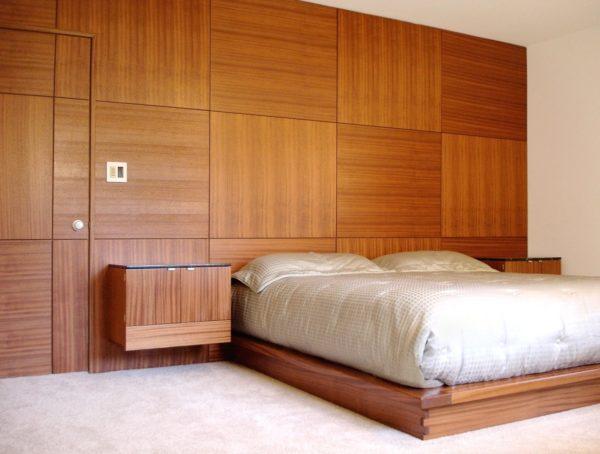 Отделанная деревянными панелями стена спальни