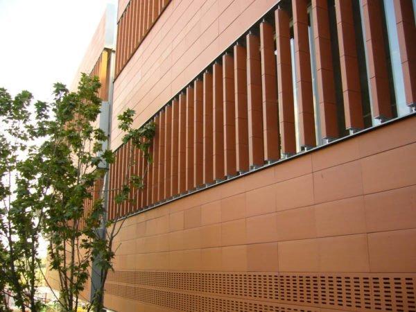 Отделанный керамической плиткой фасад