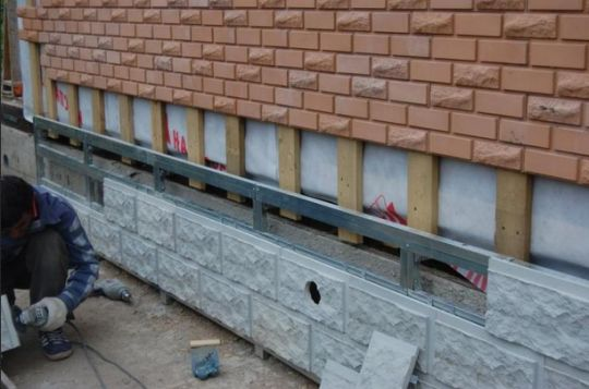 Отделка дома полимерпесчаными панелями.