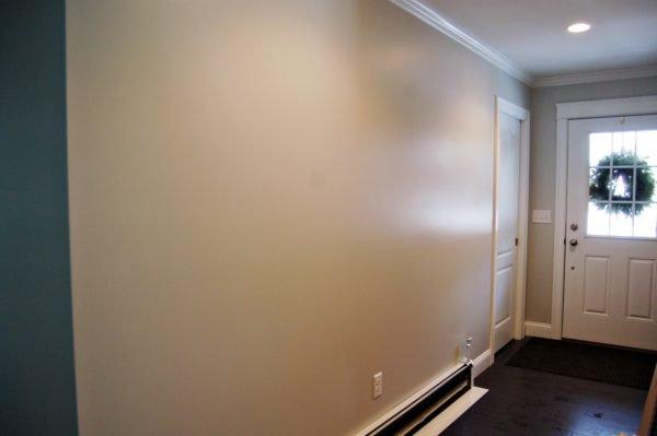 Отделка красками на основе латекса легко моется, отражает свет, делая помещение просторнее