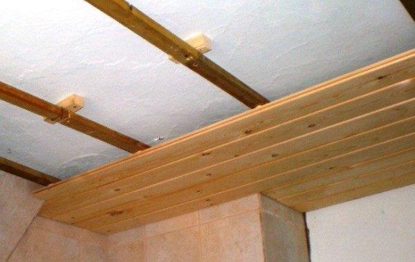 Отделка потолка вагонкой по деревянной обрешётке