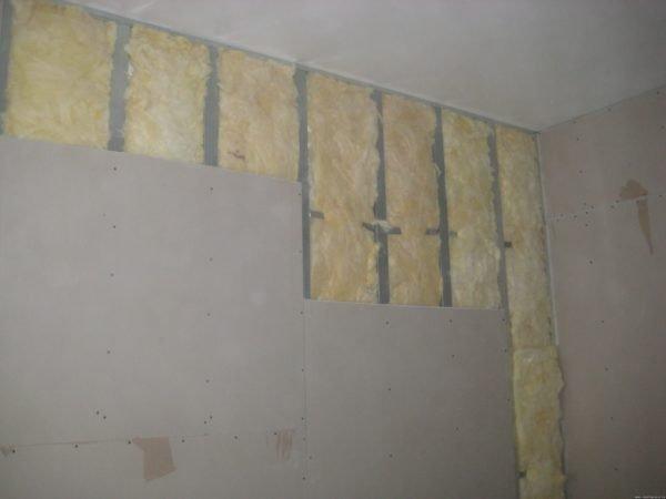 Отделка стен гипсокартоном позволяет улучшить тепло- и звукоизоляцию помещения.