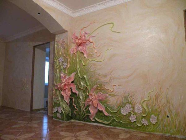 Отделка стены жидкими обоями в виде рельефной картины