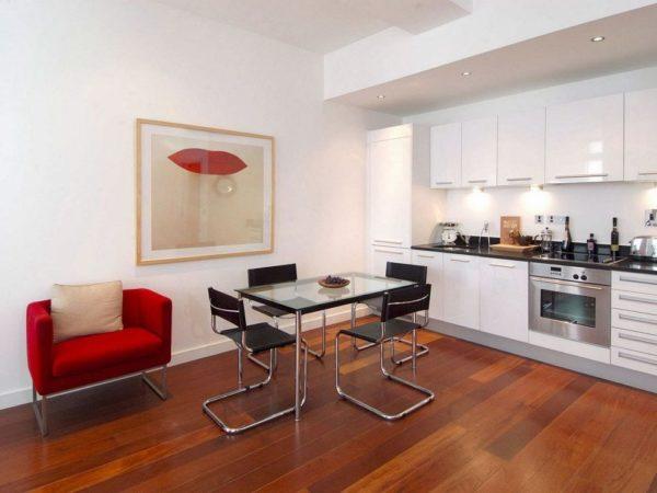 Отказ от привычных стульев в пользу небольших легких кресел делает кухню не только более комфортной, но и более стильной