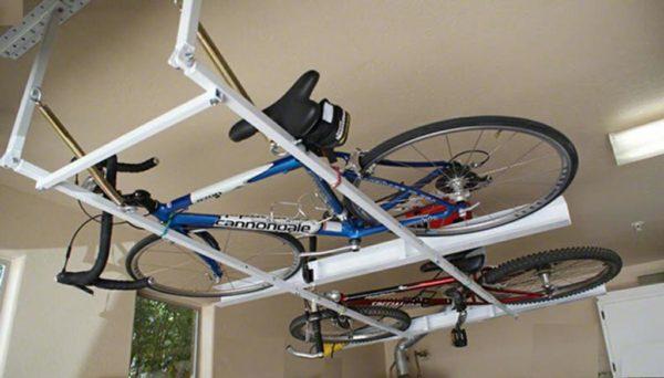 Откидной поворотный кронштейн на подпружиненных шарнирах позволяет без труда поднять нагруженную раму к потолку.