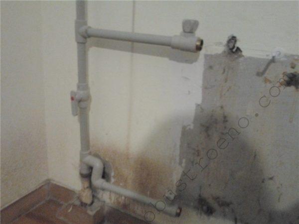 Откручиваем радиатор, предварительно перекрыв краны подачи.
