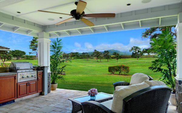 Открытая летняя терраса с потолочным вентилятором.