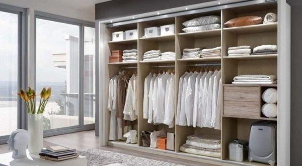 Открытый шкаф с симметричными полками и отсеками под вешалки