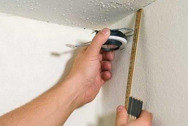 Отмечаем уровень потолка