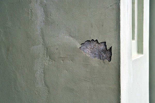 Отсутствие грунта под штукатуркой может стать причиной ее вздутия