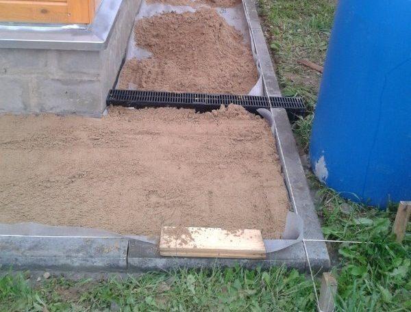 Отсыпка дорожки песком.
