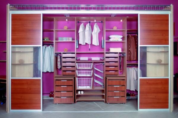 Пантограф, стеллаж для обуви, штанги для галстуков и ремней, многочисленные ящики