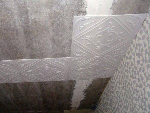 Пенопластовая потолочная плитка уместна на потолках, причем только в сухих помещениях.