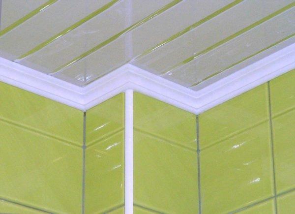 Пенопластовый багет скрывает примыкание потолка к стене.