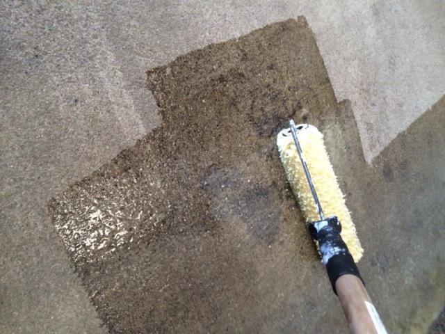 нанесение грунтовки-антисептика на минеральную поверхность
